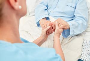 L'Operatore Socio-Assistenziale aiuta i pazienti presso il domicilio o in strutture socioassistenziali